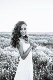 Giovane donna in vestito da sposa all'aperto Bella sposa in un campo al tramonto Rebecca 36 Fotografia Stock