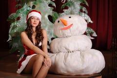 Giovane donna in vestito dallo snowgirl Fotografia Stock