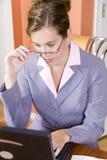 Giovane donna in vestito di affari che funziona dalla casa immagine stock libera da diritti