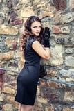 Giovane donna in vestito ed in guanti neri eleganti Fotografie Stock Libere da Diritti