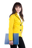 Giovane donna in vestito giallo con il dispositivo di piegatura dell'ufficio. Immagine Stock