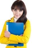Giovane donna in vestito giallo con il dispositivo di piegatura dell'ufficio. Fotografia Stock Libera da Diritti