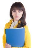 Giovane donna in vestito giallo con il dispositivo di piegatura dell'ufficio. Fotografie Stock