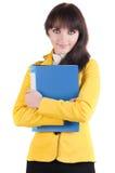Giovane donna in vestito giallo con il dispositivo di piegatura dell'ufficio. Immagini Stock Libere da Diritti