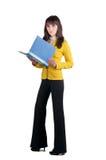 Giovane donna in vestito giallo con il dispositivo di piegatura dell'ufficio. Immagine Stock Libera da Diritti