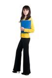 Giovane donna in vestito giallo con il dispositivo di piegatura dell'ufficio. Fotografia Stock