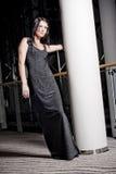 Giovane donna in vestito lungo Fotografia Stock