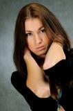 Giovane donna in vestito nero Fotografia Stock Libera da Diritti