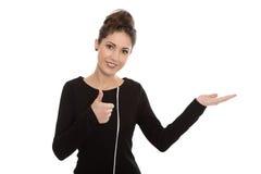 Giovane donna in vestito nero su un bordo di pubblicità. Fotografia Stock