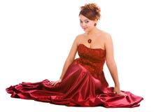 Giovane donna in vestito rosso lungo immagini stock libere da diritti