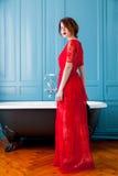 Giovane donna vicino al bagno fotografie stock libere da diritti