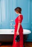 Giovane donna vicino al bagno immagini stock