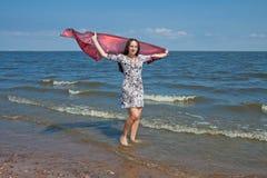 Giovane donna vicino all'oceano Immagini Stock