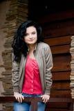 Giovane donna vicino alla porta Immagini Stock