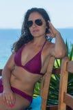 Giovane donna vicino alla spiaggia Immagine Stock