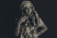 Giovane donna zingaresca di stile che indossa il ritratto tribale dei gioielli Fotografia Stock