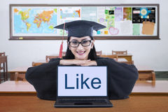 Giovane dottorando con il computer portatile nella classe Fotografia Stock