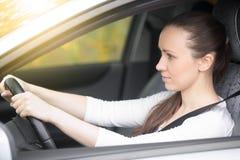 Giovane driver femminile che esamina gli specchi di vista laterale Fotografia Stock Libera da Diritti