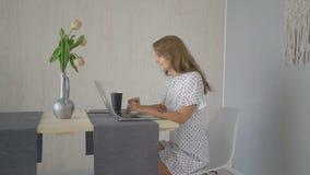 Giovane e allegra chiacchierata con gli amici che usano il computer portatile a casa video d archivio