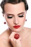 Giovane e bella donna con gioielli rossi Fotografia Stock Libera da Diritti
