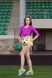 Giovane e bella donna di forma fisica che posa sul campo da gioco Fotografie Stock Libere da Diritti