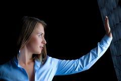 Giovane e bella posizione della donna Fotografia Stock