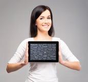 Giovane e bella ragazza dell'adolescente che tiene un computer della compressa Fotografie Stock