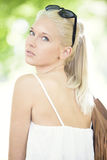 Giovane e bello adolescente ad estate Fotografia Stock