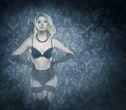 Giovane e bello ballerino del cabaret in biancheria d'annata sexy Fotografia Stock Libera da Diritti