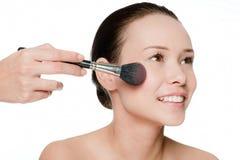 Giovane e donna attraente che applica blusher Fotografia Stock