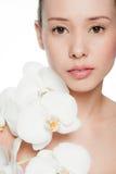 Giovane e donna attraente con i fiori fotografie stock libere da diritti