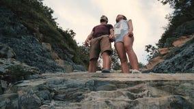 Giovane e donna che camminano all'aperto il giorno di estate archivi video