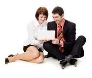 Giovane e donna che esaminano computer portatile. Fotografie Stock Libere da Diritti