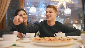Giovane e donna graziosa in caffè - tè bevente e conversazioni video d archivio