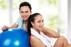 Giovane e donna sorridenti di forma fisica Immagine Stock