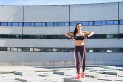 Giovane e formazione sportiva della donna all'aperto Immagini Stock Libere da Diritti