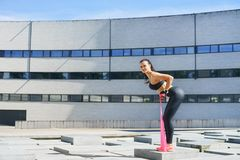 Giovane e formazione sportiva della donna all'aperto Immagini Stock