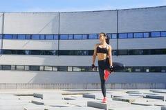 Giovane e formazione sportiva della donna all'aperto Fotografia Stock