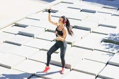 Giovane e formazione sportiva della donna all'aperto Immagine Stock Libera da Diritti