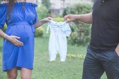 Giovane e la sua moglie incinta Immagine Stock Libera da Diritti