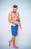 Giovane e modello maschio adatto che posa i suoi muscoli Fotografia Stock