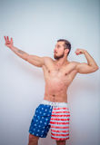 Giovane e modello maschio adatto che posa i suoi muscoli Immagini Stock