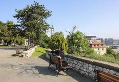 Giovane e ragazza che godono insieme del loro tempo nel giorno soleggiato nella fortezza di Kalemegdan, Belgrado, Serbia fotografia stock