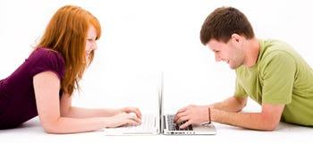 Giovane e ragazza con il computer portatile Fotografia Stock