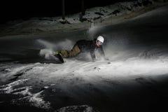 Giovane e snowboarder attivo che guida giù la sbobba nevosa della montagna immagine stock libera da diritti