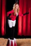 Giovane ed artista femminile attraente del circo Fotografie Stock Libere da Diritti