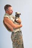 Giovane ed il suo Pug pedigreed fotografie stock libere da diritti
