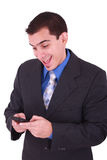 Giovane ed uomo sorridente che esamina il suo cellulare fotografia stock libera da diritti