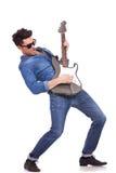 Giovane effettuazione del chitarrista Fotografia Stock