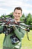 Giovane elicottero del UAV di Holding dell'ingegnere fotografie stock
